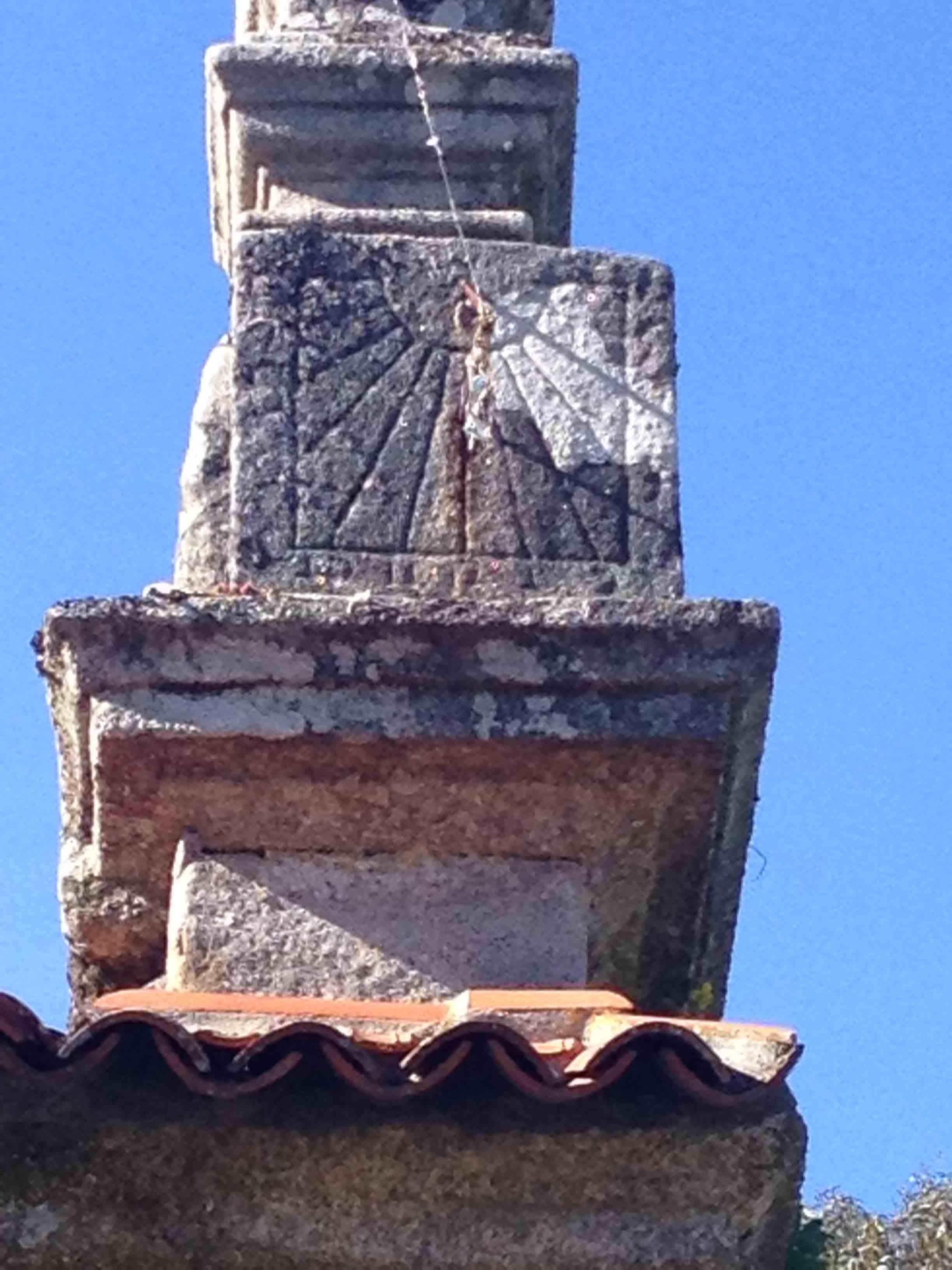 Reloj de sol de la iglesia de Bora